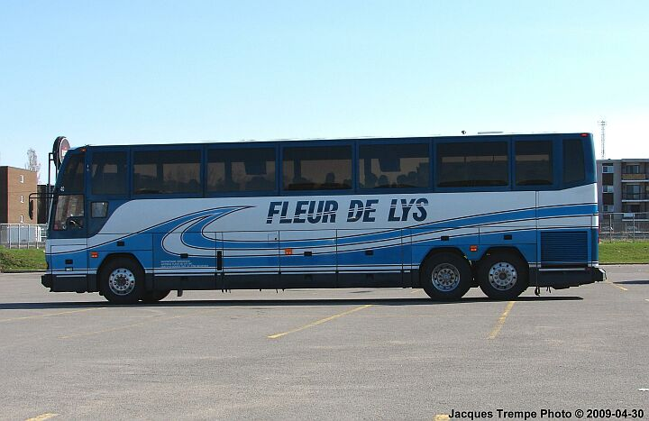 Tri-axle coach of Fleur de Lys