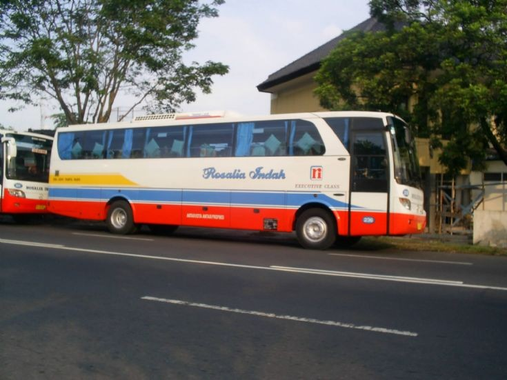 Rosalia Indah bus