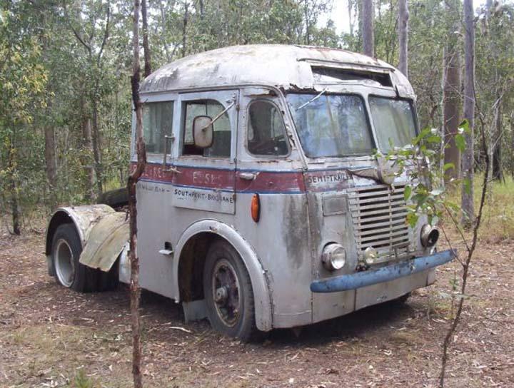40s White semi-trailer bus Brisbane, Australia